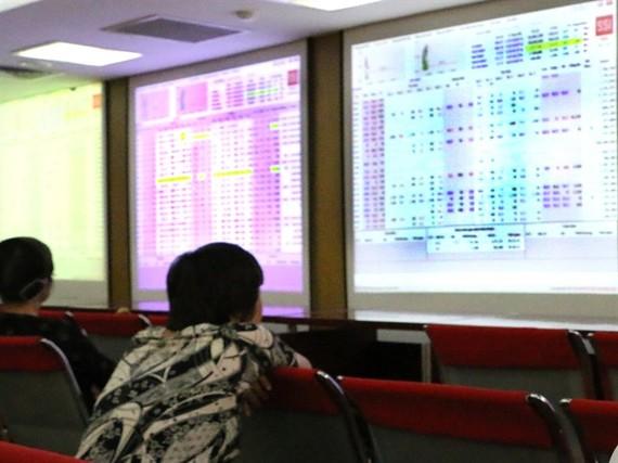 Investors follow transactions at Saigon Securities Inc (SSI) in Hà Nội. — VNS Photo Đoàn Tùng