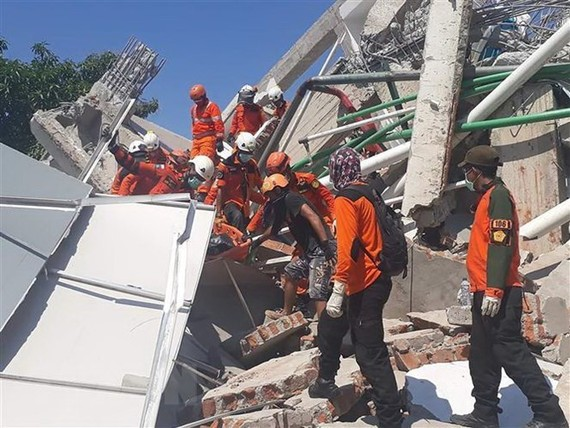 Rescue is underway for victims of the powerful earthquakes and tsunami in Central Sulawesi. (Photo: AFP/VNA)