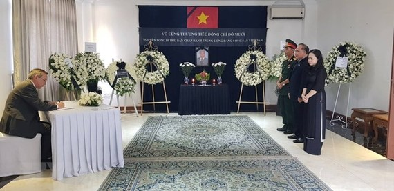 US Ambassdor to Myanmar Scot Marciel writes in the funeral book at the Vietnamese Embassy in Myanmar (Photo: VNA)