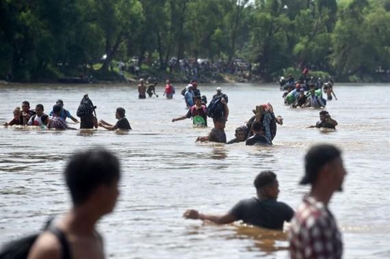 Migrants cross the Suchiate River from Tecun Uman in Guatemala to Ciudad Hidalgo in Mexico. - AFP/VNA Photo