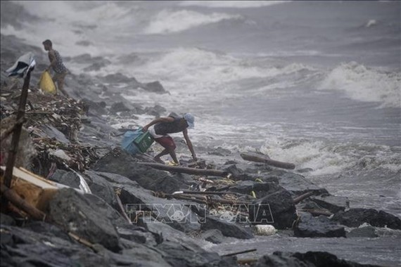 yphoon Yutu causes heavy rains in Manila Bay in the Philippines. (Photo: AFP/VNA)