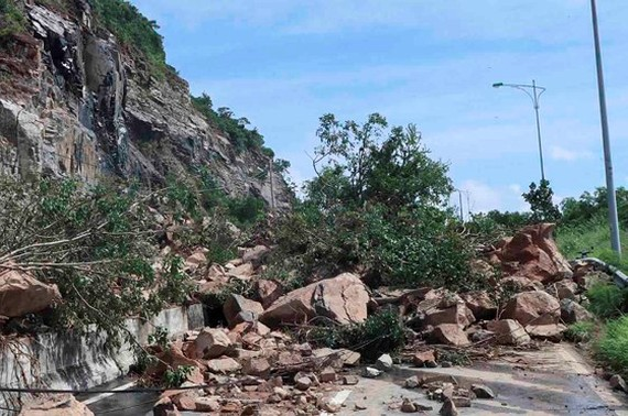 Main streets heading to Cam Ranh In't Airport disrupted traffic