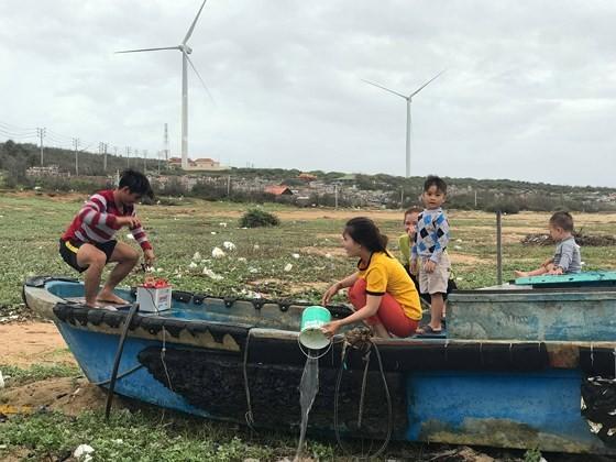 Binh Thuan's fishermen sailing back to sea after typhoon
