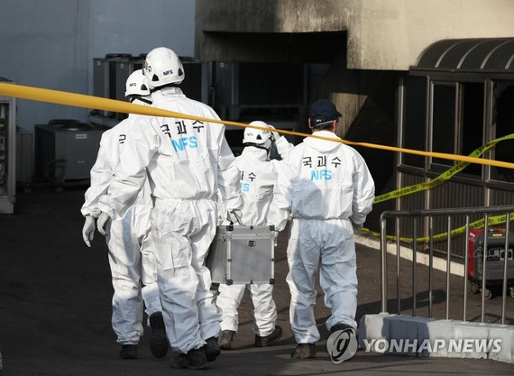 Investigators from the National Forensic Service enters the KT Corp. building in the Ahyeon district in western Seoul on Nov. 26, 2018 to conduct an on-site probe into the cause of fire that destroyed cable lines and caused major network disruptions. (Yon