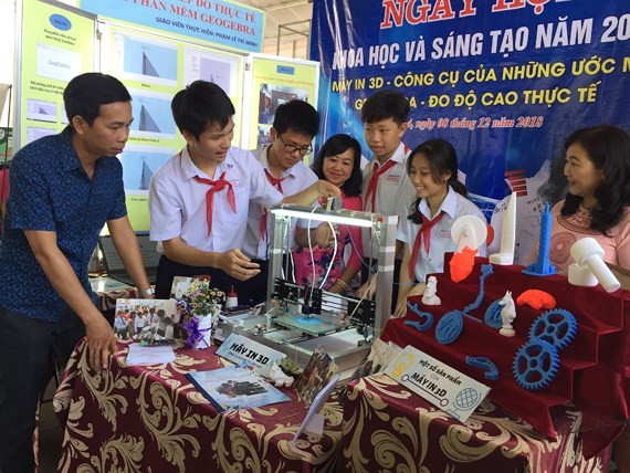 Ninth graders at Van Don high school introduce model of 3D printer at the event