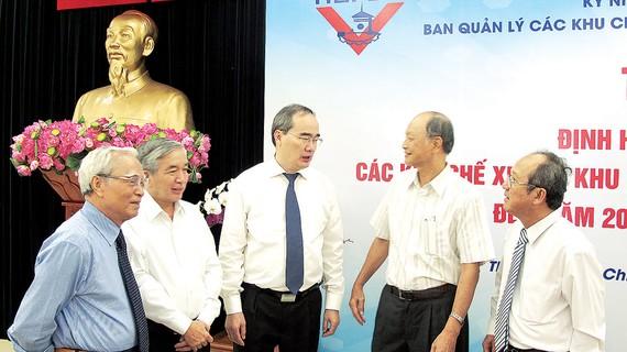 """Đồng chí Nguyễn Thiện Nhân, Bí thư Thành ủy TPHCM trao đổi với các đại biểu tại buổi Tọa đàm """"Định hướng phát triển các KCX-KCN TPHCM đến năm 2015, tầm nhìn năm 2030"""""""