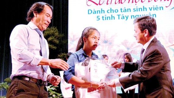 Ông Lê Quốc Phong và lãnh đạo tỉnh Lâm Đồng trao học bổng cho các tân sinh viên Tây Nguyên
