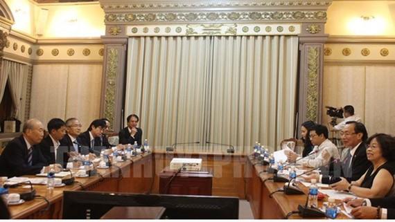 Phó Chủ tịch Thường trực UBND TPHCM Lê Thanh Liêm (thứ 2, bên phải) tiếp đoàn đại biểu Hội đồng Xúc tiến ngoại giao nhân dân Nhật Bản. Ảnh: hcmcpv