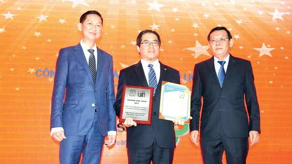 Ông Hoàng Hữu Lộc, Chủ tịch Hội đồng thành viên Công ty Dịch vụ Lữ hành Saigontourist, nhận giải thưởng.