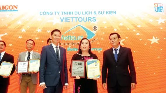 """Bà Cao Thị Tuyết Lan - Giám đốc điều hành Công ty TNHH Du lịch và Sự kiện Việt - Viettours, nhận giải """"Thương hiệu vàng"""" - thương hiệu du lịch được bình chọn 10 năm liên tục"""