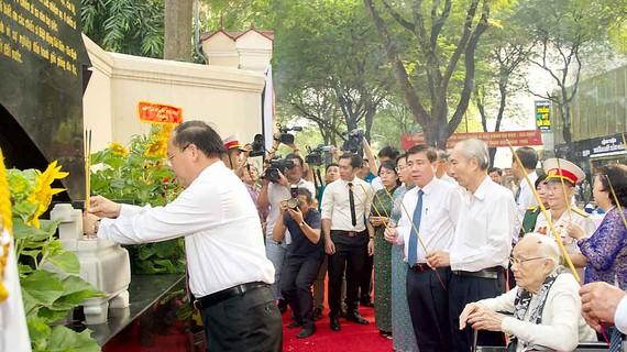 Các đồng chí lãnh đạo TP dâng hương tưởng niệm tại lễ khánh thành Bia tưởng niệm chiến sĩ Biệt động Sài Gòn hy sinh trong cuộc Tổng tiến công và nổi dậy Xuân Mậu Thân 1968