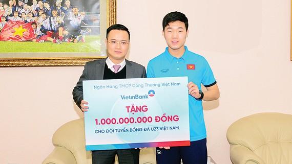 Ông Nguyễn Đình Vinh trao tặng 1 tỷ đồng cho Đội tuyển bóng đá nam U23 Việt Nam