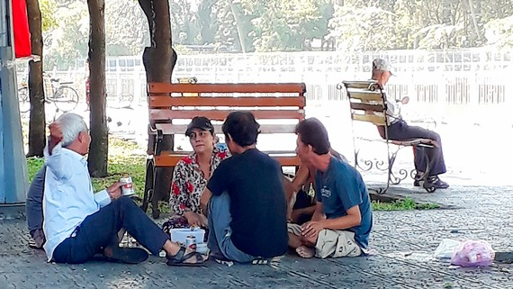 Một nhóm nhậu trên bờ kè kênh Nhiêu Lộc - Thị Nghè