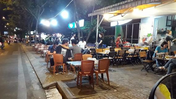 Mỗi tối, các quán nhậu lại bày bán chiếm dụng vỉa hè đường Phạm Văn Đồng