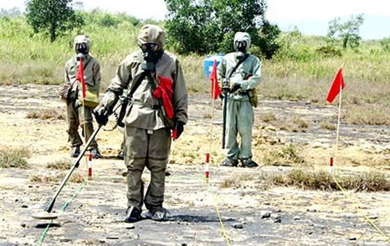 Lực lượng của Đoàn H8 công binh đang rà phá bom, mìn tại khu vực sân bay Đà Nẵng. Ảnh tư liệu