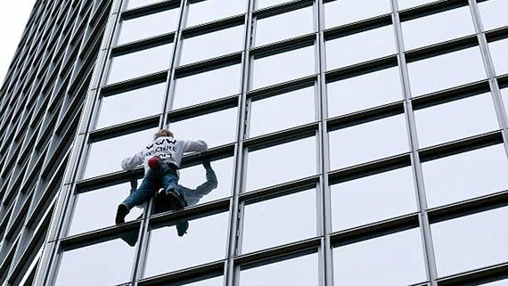 Chinh phục tòa nhà cao 187m bằng tay không