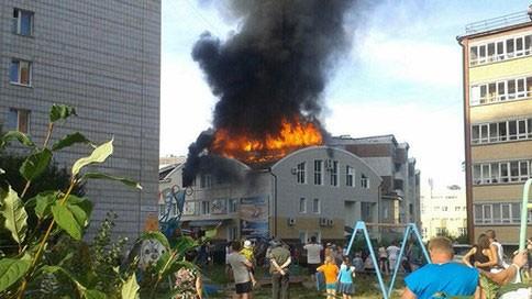 Ngọn lửa bùng phát tại trung tâm thương mại. Ảnh: RT