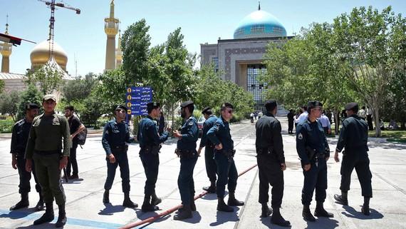 Lực lượng an ninh Iran tại lăng Đại Giáo chủ Ayatollah Ruhollah Khomeini sau vụ tấn công ngày 7-6-2017. Ảnh: AP