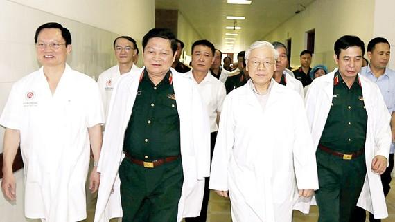 Tổng Bí thư Nguyễn Phú Trọng đến Bệnh viện Trung ương Quân đội 108 thăm đồng chí Đỗ Mười và đồng chí Lê Đức Anh. Ảnh: TTXVN