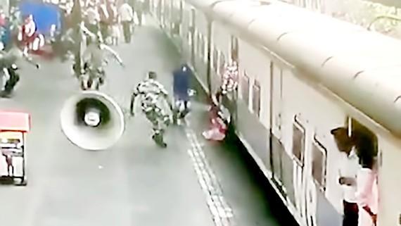 Cứu bé gái khỏi đoàn tàu