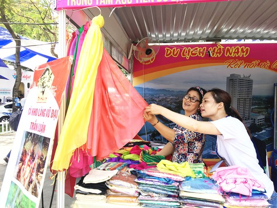 Người tiêu dùng chọn mua khăn choàng tại một hội chợ ở TPHCM