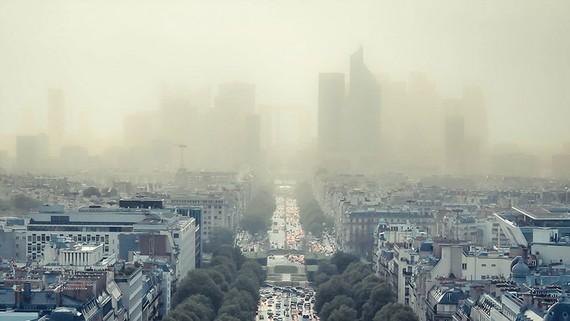 Ô nhiễm không khí khiến bầu trời ở Anh mù mịt. Ảnh: Independent