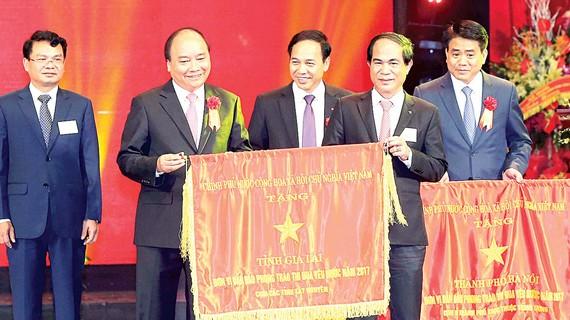 Thủ tướng Nguyễn Xuân Phúc tặng cờ thi đua của Chính phủ cho tỉnh Gia Lai, đơn vị dẫn đầu phong trào thi đua yêu nước năm 2017