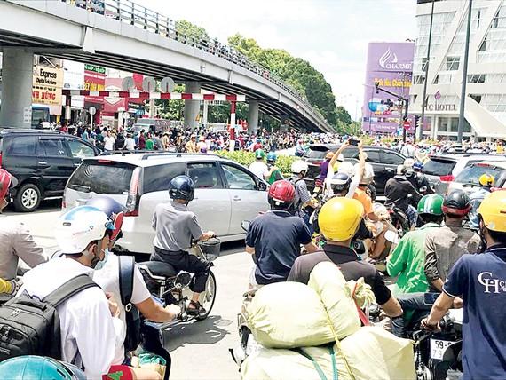 Ùn tắc giao thông tại khu vực Lăng Cha Cả (quận Tân Bình, TPHCM) do cuộc tụ tập đông người vào sáng 10-6. Ảnh: Gia Minh