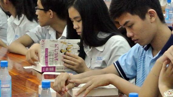 Học sinh Trường THPT chuyên Lê Hồng Phong đọc sách của nhà báo Lê Văn Nghĩa