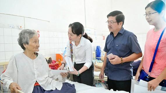 Trao quà của bạn đọc Báo SGGP hỗ trợ bệnh nhân ung thư đang điều trị tại Bệnh viện Ung bướu TPHCM