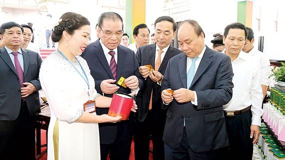 Thủ tướng Nguyễn Xuân Phúc tham quan gian trưng bày các sản phẩm chế biến từ chè Thái Nguyên
