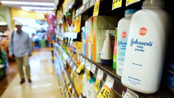 Phấn trẻ em Johnson & Johnson bày bán trong siêu thị ở Mỹ. Ảnh: AFP