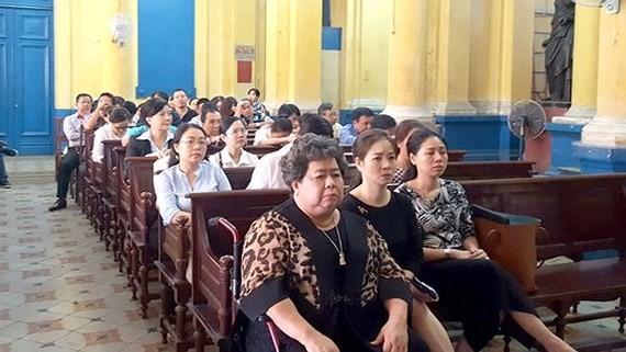 Bị can Hứa Thị Phấn (hàng đầu, bên trái) tại một phiên tòa