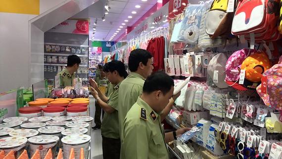 Lực lượng QLTT TPHCM kiểm tra một cửa hàng kinh doanh có dấu hiệu vi phạm