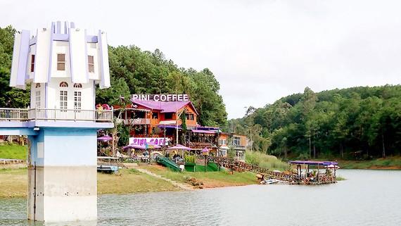Nhà chờ dành cho du khách trở thành quán cà phê xâm phạm lòng hồ Tuyền Lâm