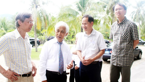 """Giáo sư Đàm Thanh Sơn (bên phải) """"hội ngộ"""" cùng các nhà khoa học đã tham dự gặp gỡ Việt Nam năm 1993. Ảnh: Ngọc Oai"""