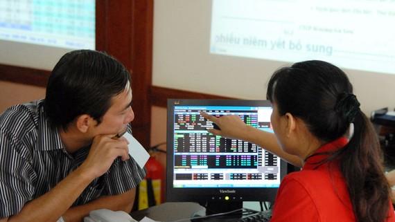 Nhà đầu tư theo dõi cổ phiếu. Ảnh:Thành Trí