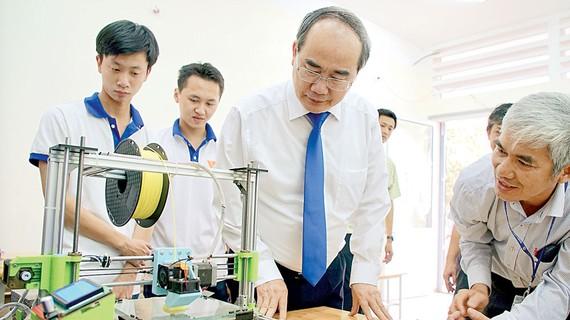 Bí thư Thành ủy Nguyễn Thiện Nhân tìm hiểu mô hình thực hành ở Khoa điện tử - Viễn thông