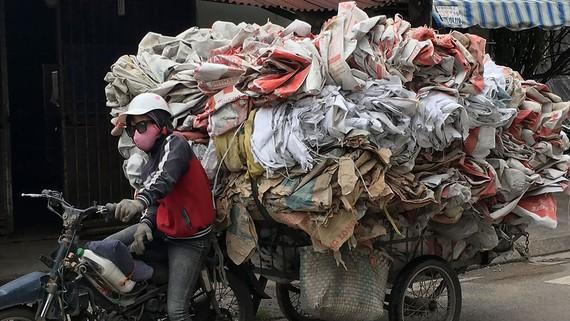 Bao nhựa sau khi sử dụng có tác hại xấu đến môi trường. Ảnh: THÀNH TRÍ