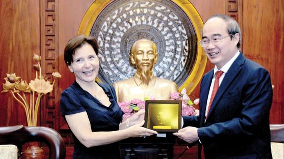 Bí thư Thành ủy TPHCM Nguyễn Thiện Nhân tặng quà lưu niệm Đại sứ Italy tại Việt Nam Cecilia Piccioni