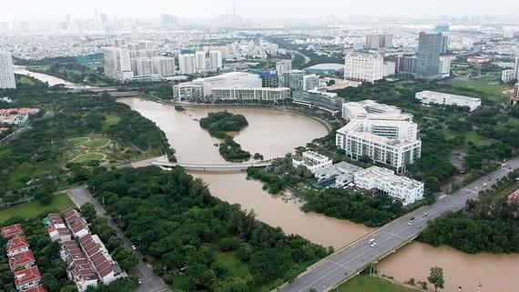 Mảng xanh và không gian chứa nước tại khu đô thị phía Nam TPHCM. Ảnh: THÀNH TRÍ