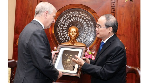 Bí thư Thành ủy TPHCM Nguyễn Thiện Nhân trao quà lưu niệm tặng Hoàng tử Andrew, Công tước xứ York, Vương quốc Anh. Ảnh: VIỆT DŨNG