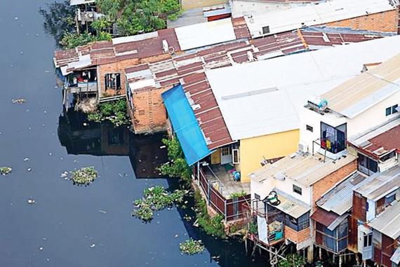 Ven kênh đôi bờ Nam quận 8 có hơn 5.000 căn nhà. Ảnh: HẠNH LÊ