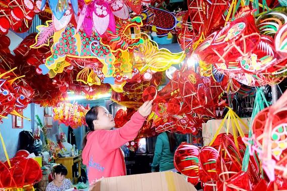 Những chiếc lồng đèn rực rỡ tại làng nghề lồng đèn Phú Bình