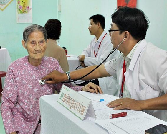 Người lớn tuổi cần khám sức khỏe thường xuyên để sớm phát hiện bệnh nếu có