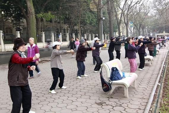 Người cao tuổi thường xuyên tập thể dúc sẽ giúp duy trì sức khỏe và tinh thần
