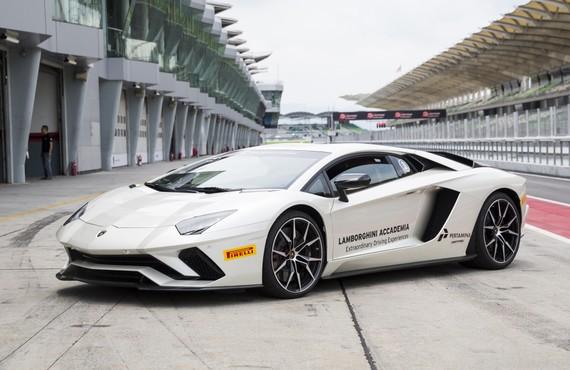 Lamborghini Aventador S - bò tót bất kham trên đường đua