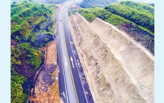 Cao tốc Hà Nội-Lào Cai, đoạn tuyến qua địa phận xã Gia Phú, huyện Bảo Thắng, Lào Cai với địa hình rất hiểm trở khi phải xẻ núi.