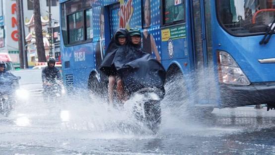 Áp thấp nhiệt đới đã vào biển Đông, Trung bộ sắp hứng mưa lớn