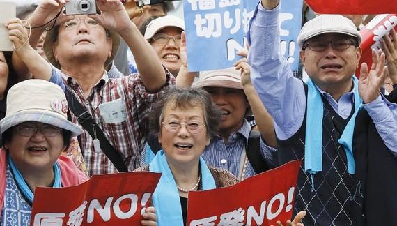 Các nạn nhân vui mừng sau một phán quyết của toà án quận Fukushima năm 2017. Ảnh: The Wall Street Journal